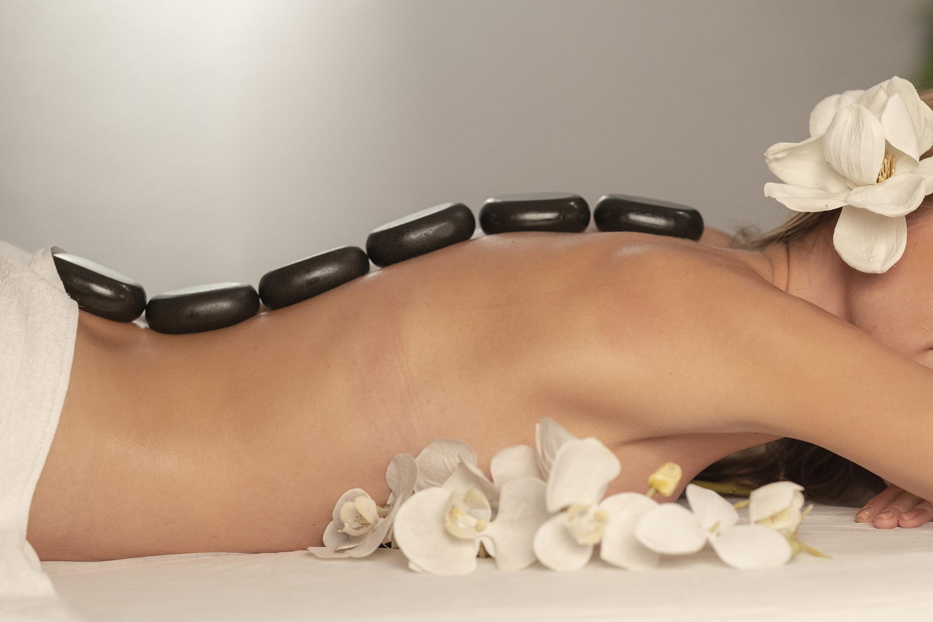 Masajes relajantes con piedras calientes